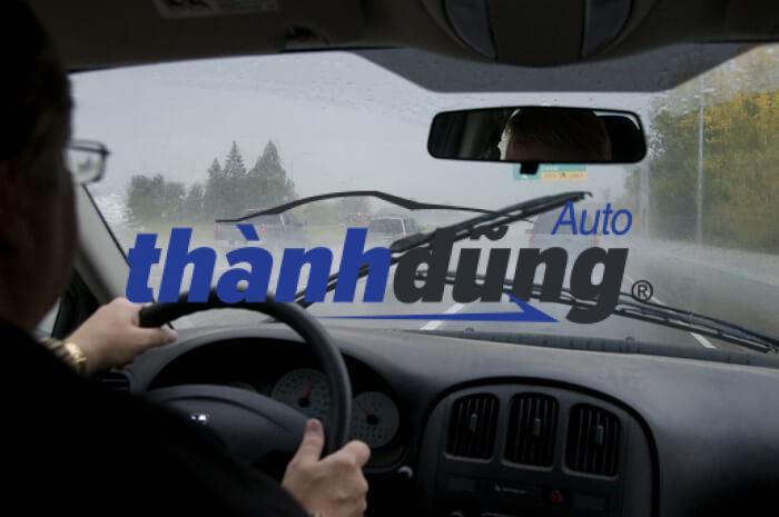Cách xử lý kính ô tô mờ cho tài xế khi trời mưa